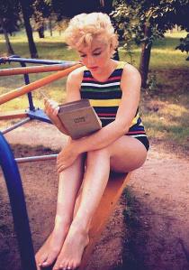 marilyn_monroe_reading_bo.jpgok
